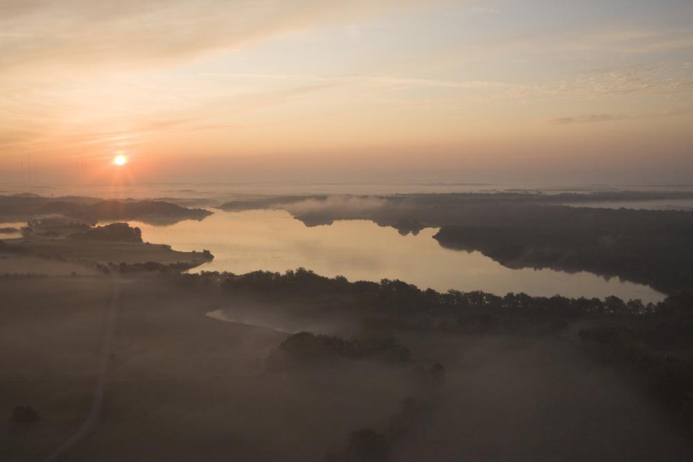 Etangs et bocages dans la brume du matin. La Mer-Rouge