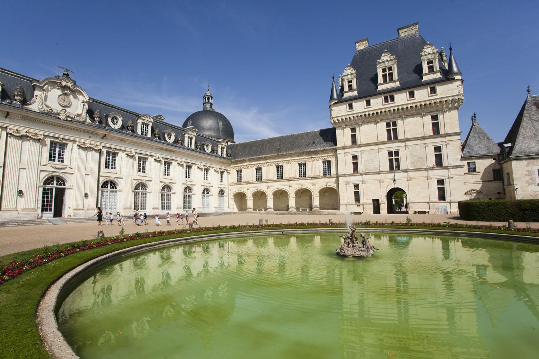 Vue sur le Château de Valençay depuis la cour d'honneur - © Hellio et van Ingen