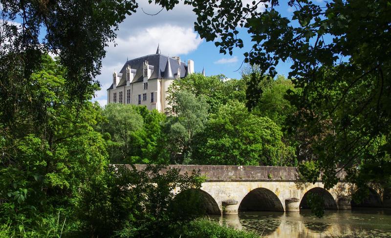 Le Château Raoul vu depuis le bord de l'Indre - © JM Surrand / Photoclub Belleisle