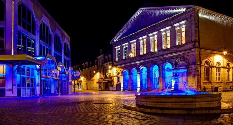 Fontaine de la place des Halles, avec le conservatoire en arrière plan - © JM Surrand / Photoclub Belleisle