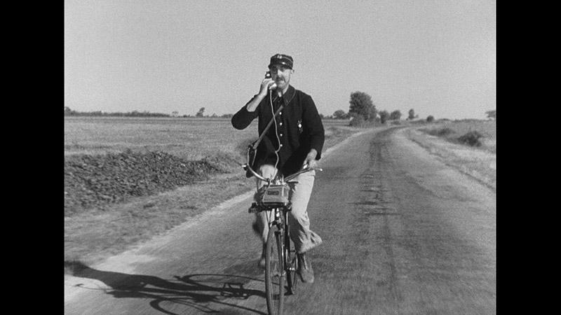 François le Facteur (Tati) pendant sa « tournée à l'américaine » Jour de fête de Jacques Tati (1949) © Specta Films C.E.P.E.C.)