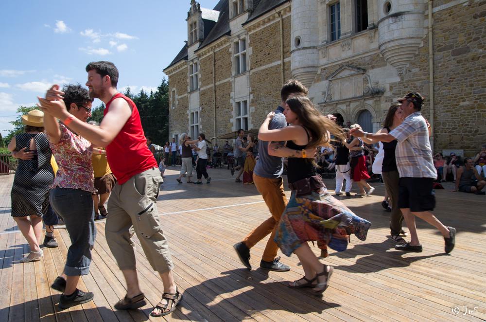 Le Son Continu Atelier danse dans la cour du château - ©JM Surrand