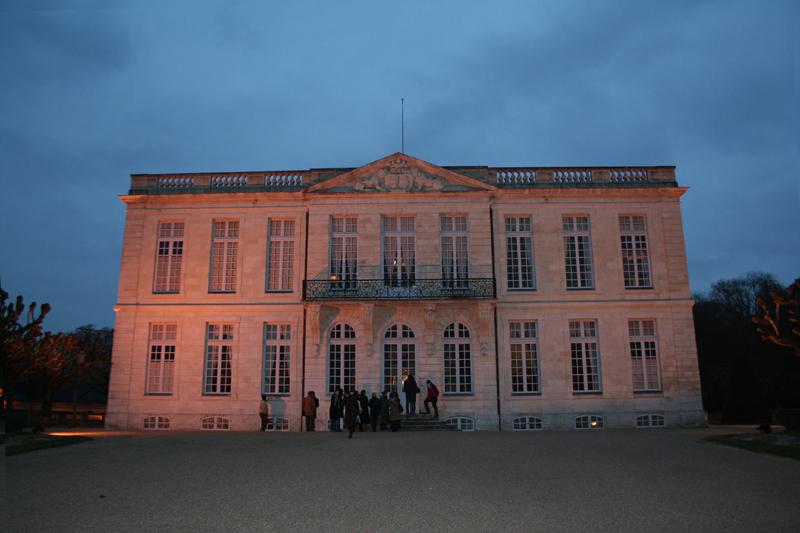 Le château de Bouges à la tombée de la nuit - © ADTI