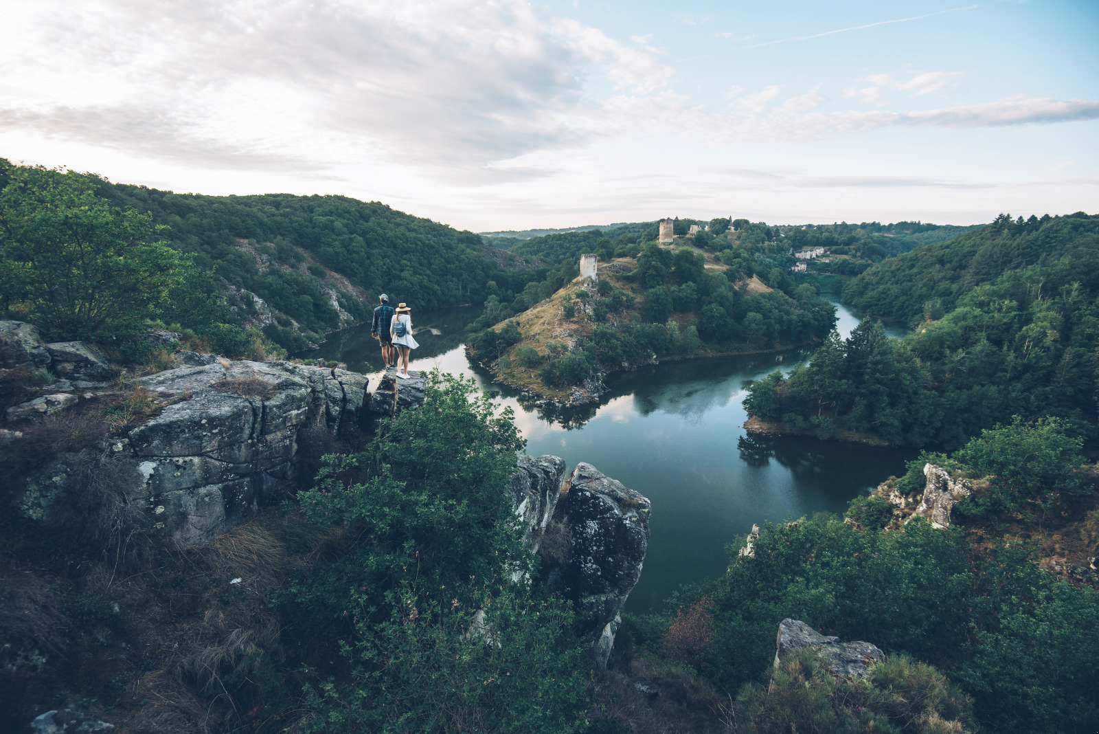 Vue sur les ruines de Crozant depuis le rocher de la Fileuse © Bestjobers - Max Coquard