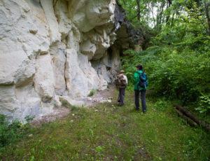 Visite au pays des sarcophages – Au pied du rocher de la Dube
