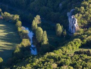 Visite au pays des sarcophages – L'Anglin vue du haut du rocher de la Dube