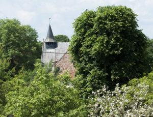 En passant par la commanderie – Vue sur le clocher de l'église