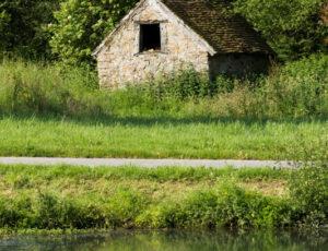 La vallée de la Benaize – Petite cabane en pierre et sa mare