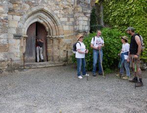 Devant la chapelle de Château Guillaume