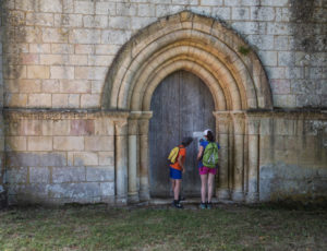 Par les sentiers boisés – Porte de la chapelle de Plaincourault