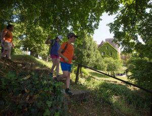 Par les sentiers boisés – En passant vers le château