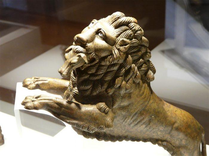 Lion-bondissant-musee-Chenon–800-x-600-
