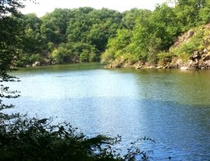 Vue du lac d'Eguzon depuis le sentier de randonnée – de Fougères au Rocher de la Fileuse