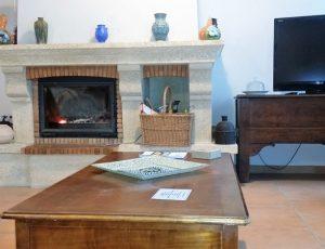 Vue salon avec cheminée