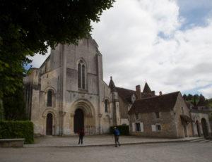 Rive gauche, rive droite – Devant l'abbaye de Fontgombault