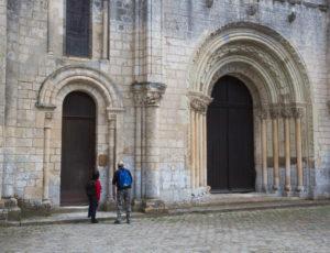 Rive gauche, rive droite – Devant les portes de l'abbaye de Fontgombault