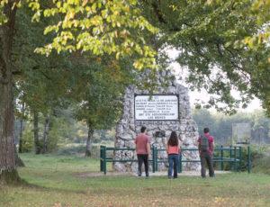 Aux portes de la Brenne – Devant le monument de Miral