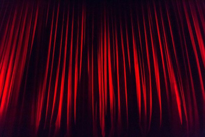 puce-rideau-levet-de-rideau-theatre